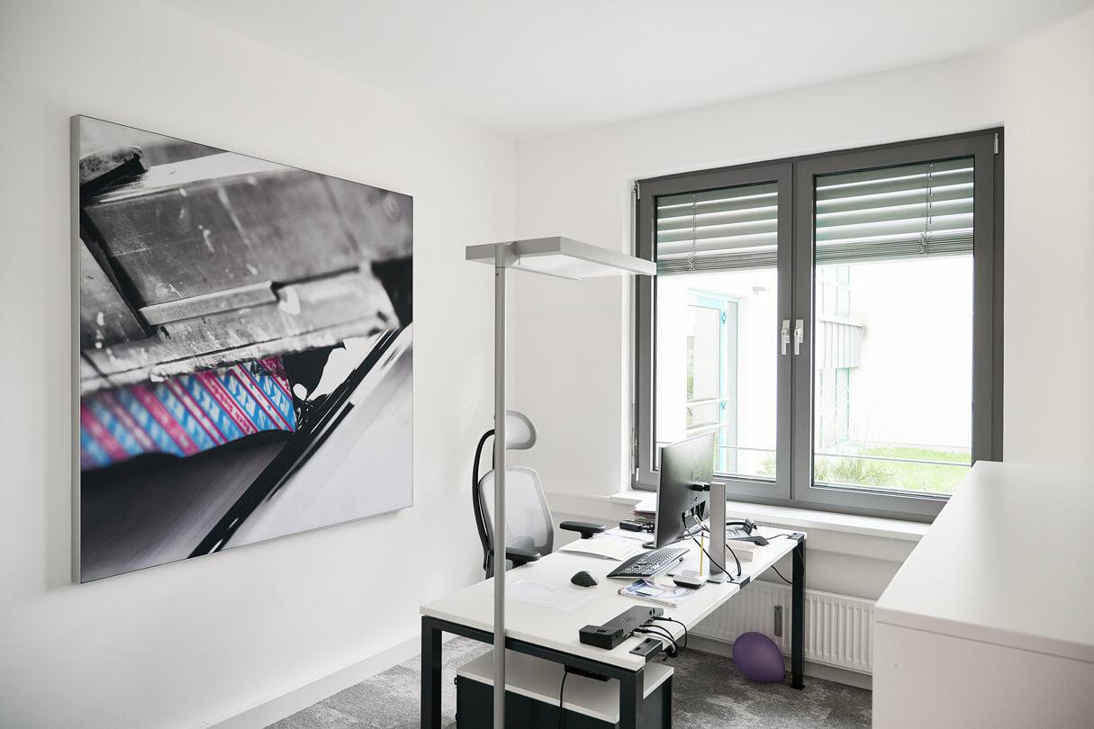 Sicht auf einen Arbeitsplatz bei VDFM in Lünen mit Bürostühl ALUMEDIC von Wagner und Schreibtischsystem arcos von Mauser