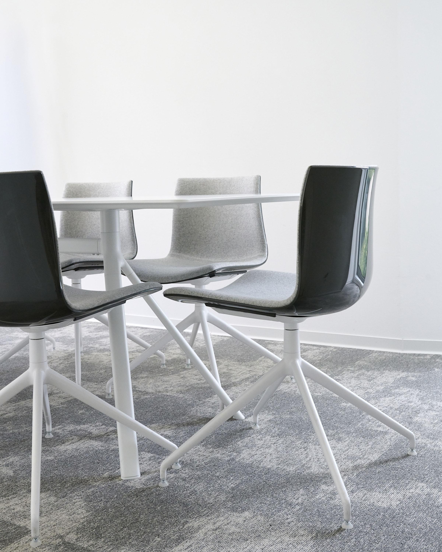 Details Besprechungsraum Stühle Arper Tisch LaPalma