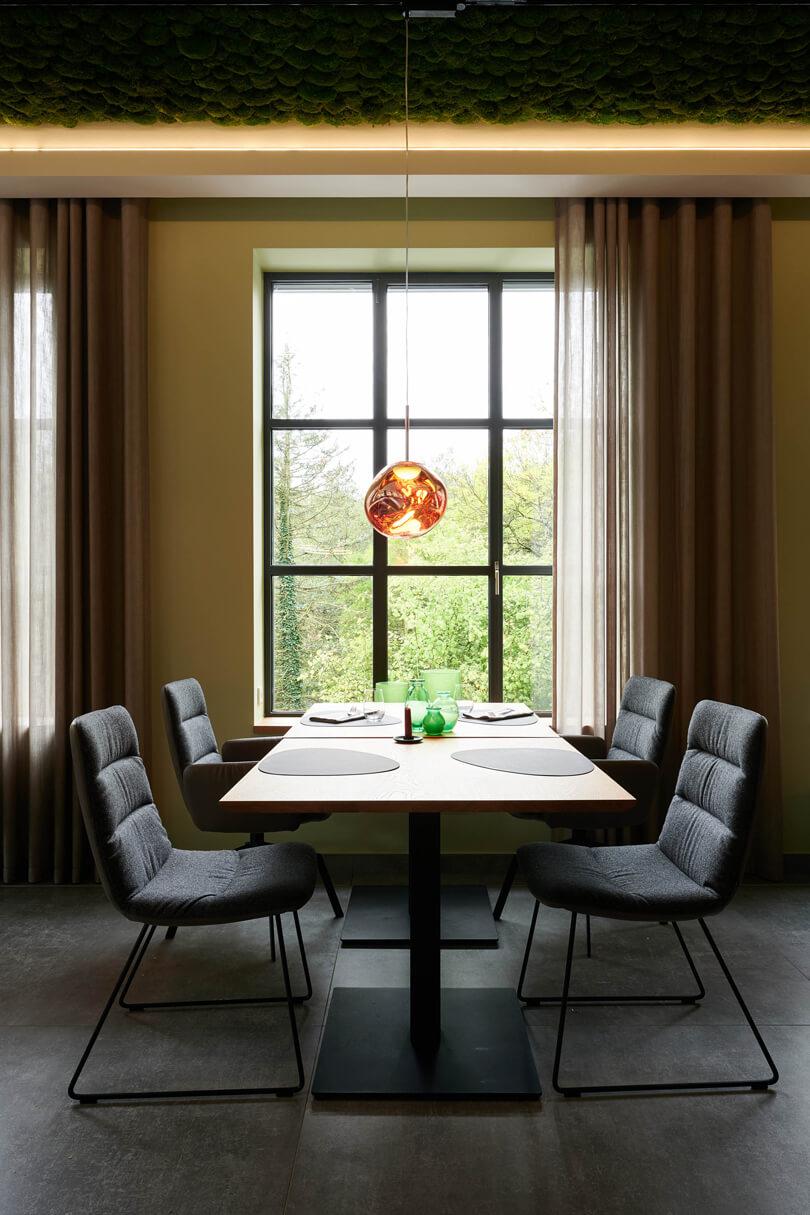 raumideen Restaurant Fetter Förster mit Lampen von Tom Dixon
