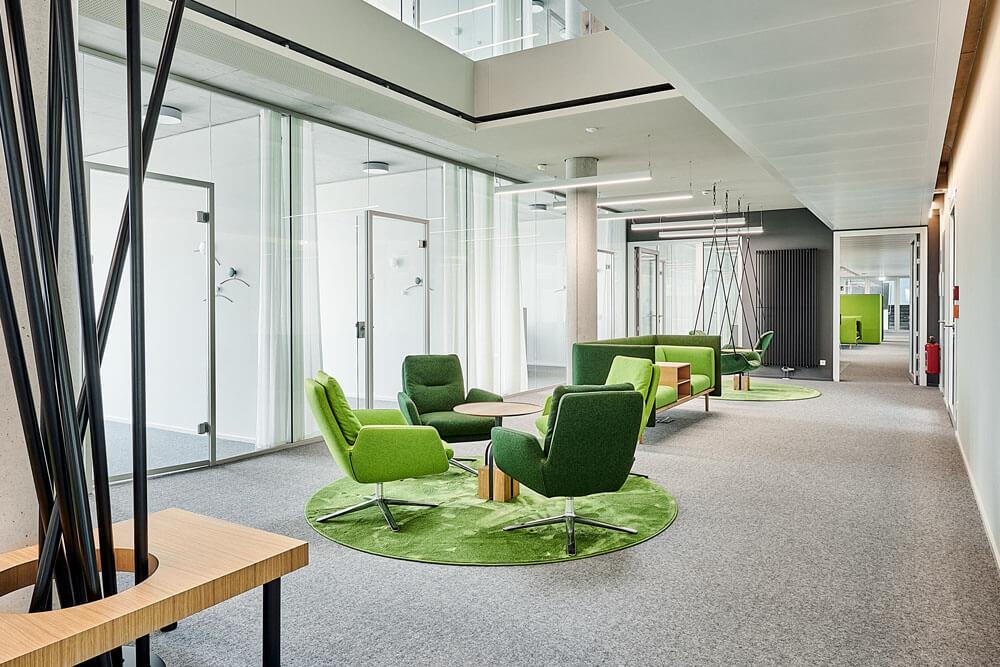 Grüne Sesselgruppe mit Holzdetails bei Medice