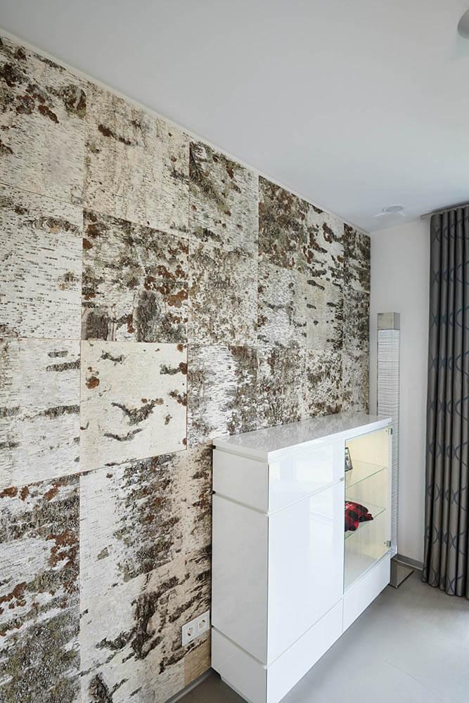 Wandverkleidung Birkenrinde mit weißem Sideboard