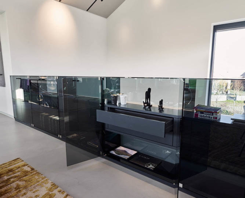 Glasvitrinen aus Parsolglas mit Innenschubladen und indirekter Beleuchtung