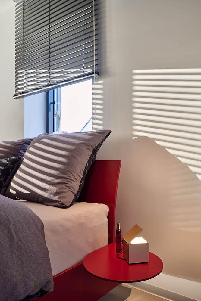Detailaufnahme Schlafzimmer mit Sonnenlichtspiel
