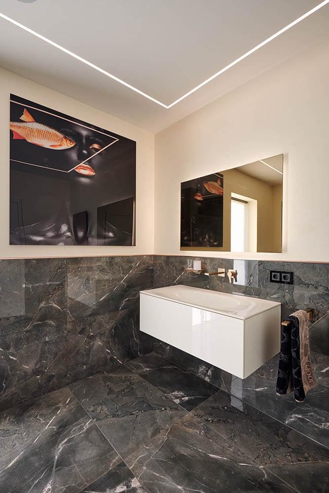 Badezimmergestaltung dunkle Marmorplatten
