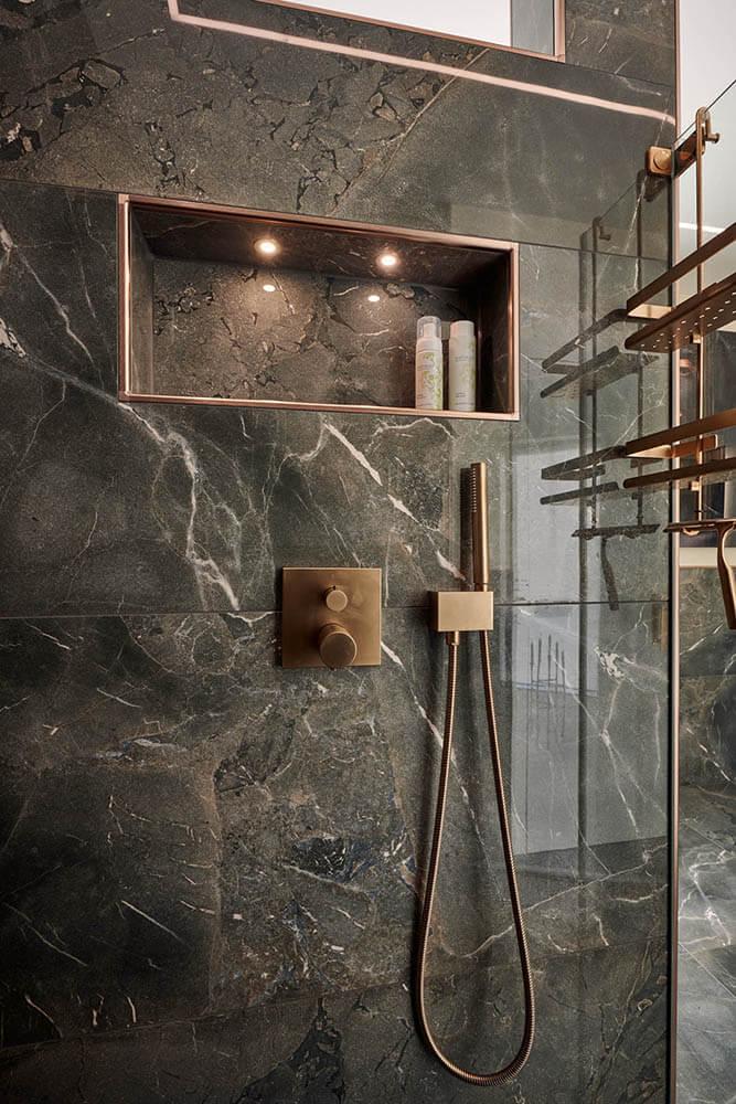 Duscharmaturen Roségold auf dunklen Marmorplatten