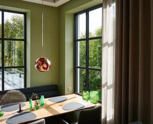 raumideen Restaurant Fetter Förster mit Lampe von Tom Dixon