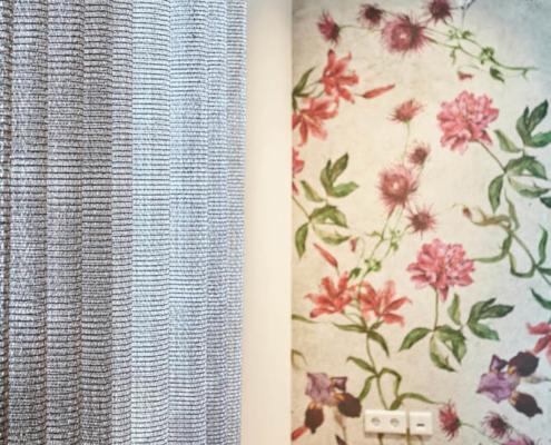 Florale Wandtapete und Vorhang