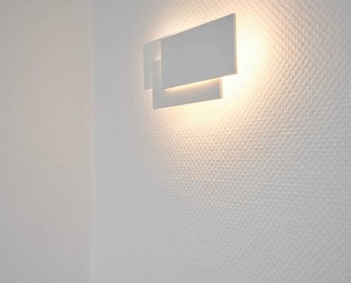 weiße Wandlampe