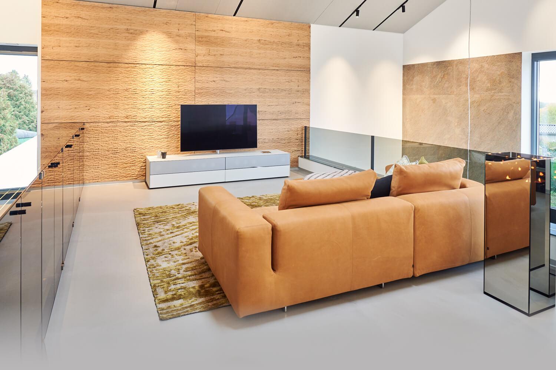 Traumhaus im Norden Wohnzimmerausstattung - TV-Raum in warmen Tönen