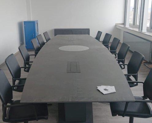 Sonderanfertigung Konferenztisch mit Firmenlogo