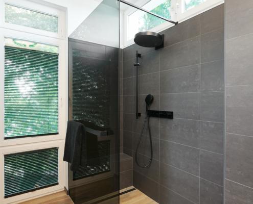 Übersichtsbild des neugestalteten Bades mit Leuchten der Firma Occhio