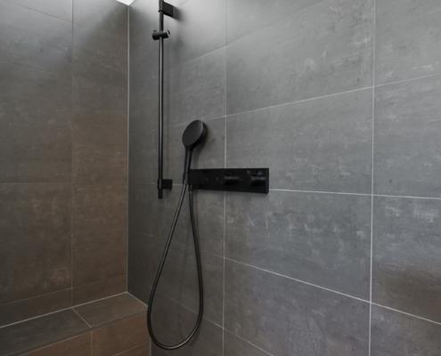 Neugestaltete Dusche mit Duscharmatur