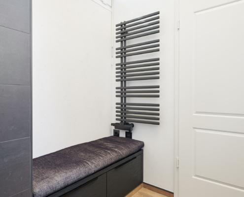 Maßgefertigte Sitzbank im Badezimmer